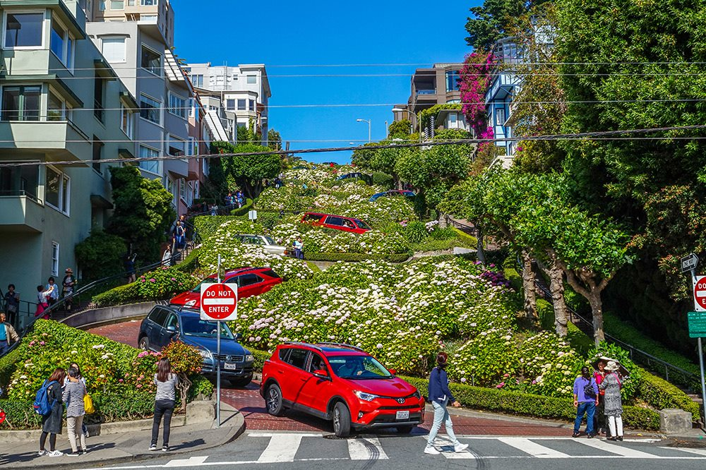 lombard street attraction in san francisco